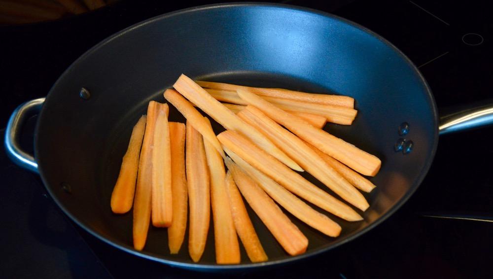Lamelles de carottes dans la poêle pour bébé