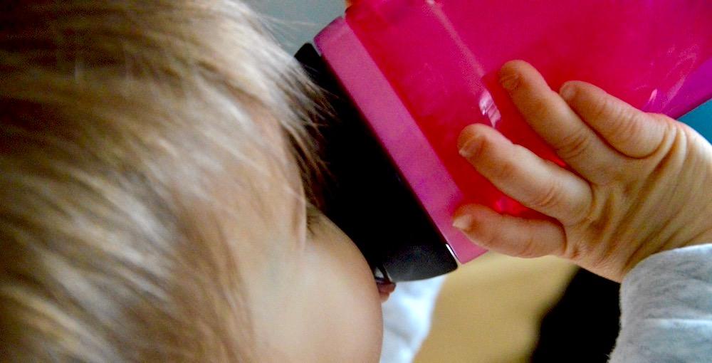 Bébé qui boit avec la tasse à bec Explora de Tommee Tippee