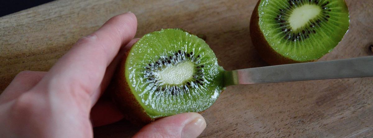 Éplucher kiwi pour bébé