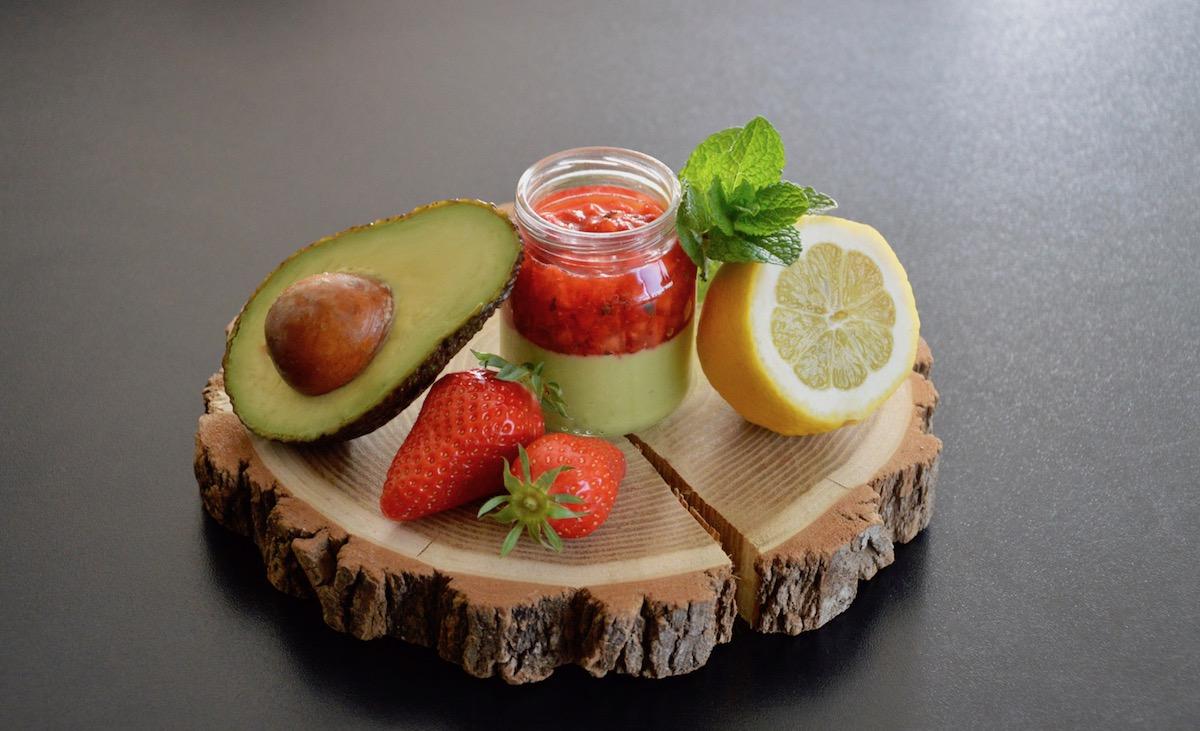 Tartare de fraises menthe citron sur crème d'avocat citronnée pour bébé (Dès 12 mois)