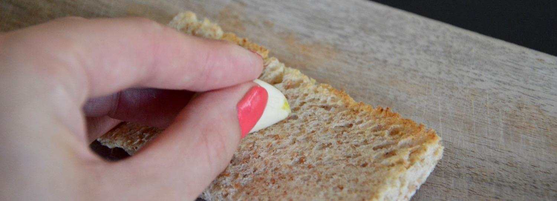 Frotter gousse d'ail sur du pain pour bébé