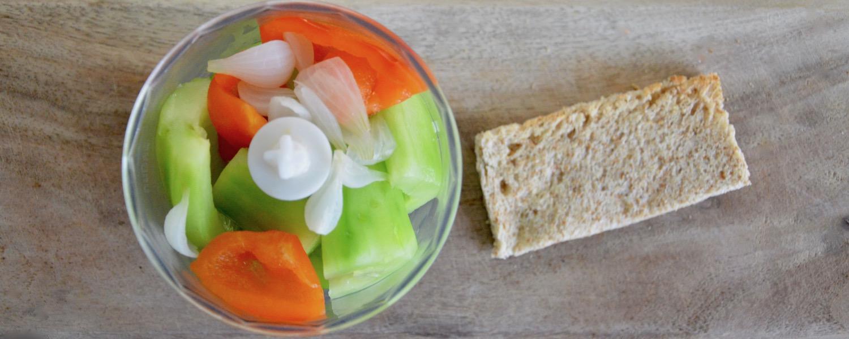 Légumes pour gaspacho dans mixeur pour bébé