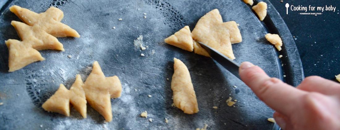 Découpe de biscuits en forme de sapin de Noël pour bébé