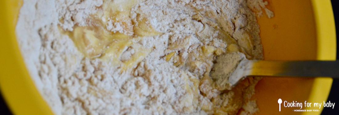 Mélanger pâte pour les biscuits de bébé