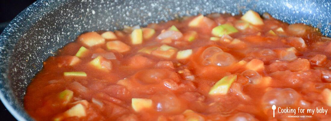 Cuisson de la sauce tomate pour bébé