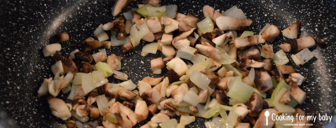 Champignons et oignon pour la blanquette de bébé