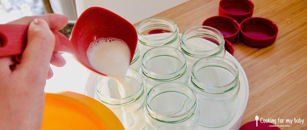 Verser la préparation dans les pots de yaourt