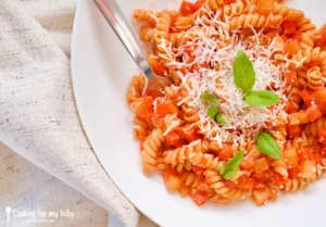 Recette de pâtes fusilli, sauce tomate ricotta aux petits légumes pour bébé (Dès 18 mois)
