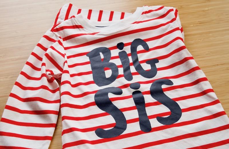 T-shirt dans la boîte à grande soeur ou boîte à grand frère