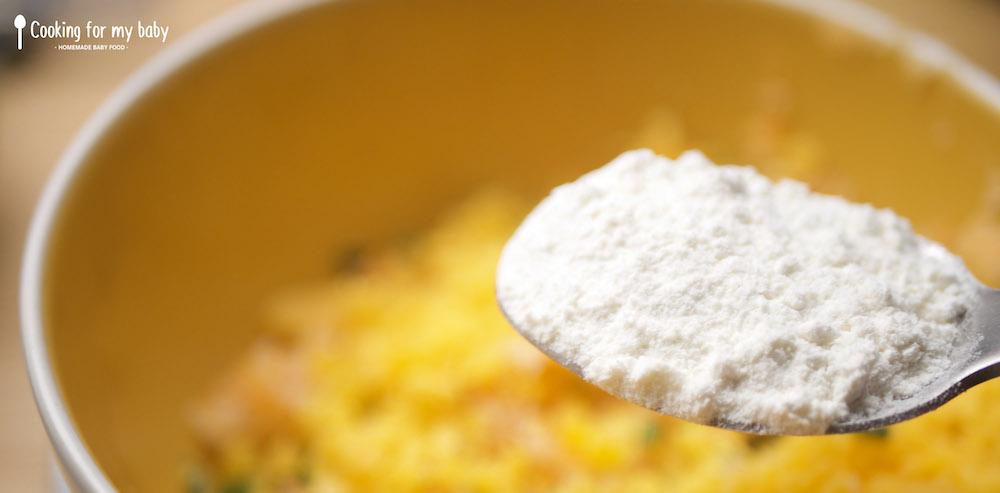 Ajout de la farine dans la farce des galettes de légumes au cheddar pour bébé