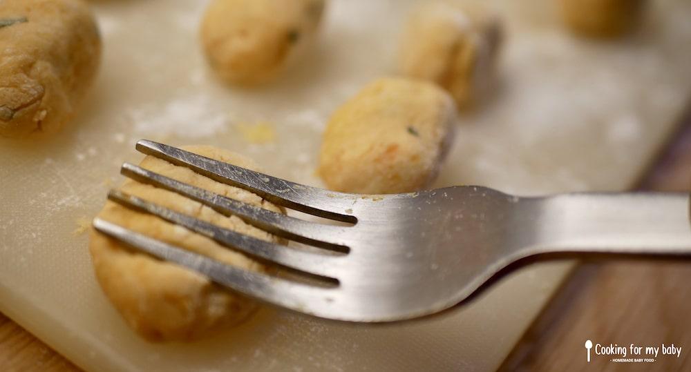 Marque de fourchette sur les gnocchis pour bébé
