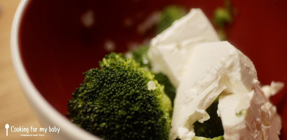 Oignon brocolis et St Môret pour les pancakes salés de bébé