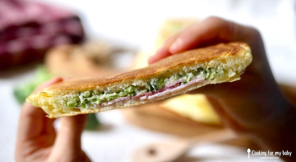 Pancake salé fourré au brocolis St Môret et jambon pour bébé